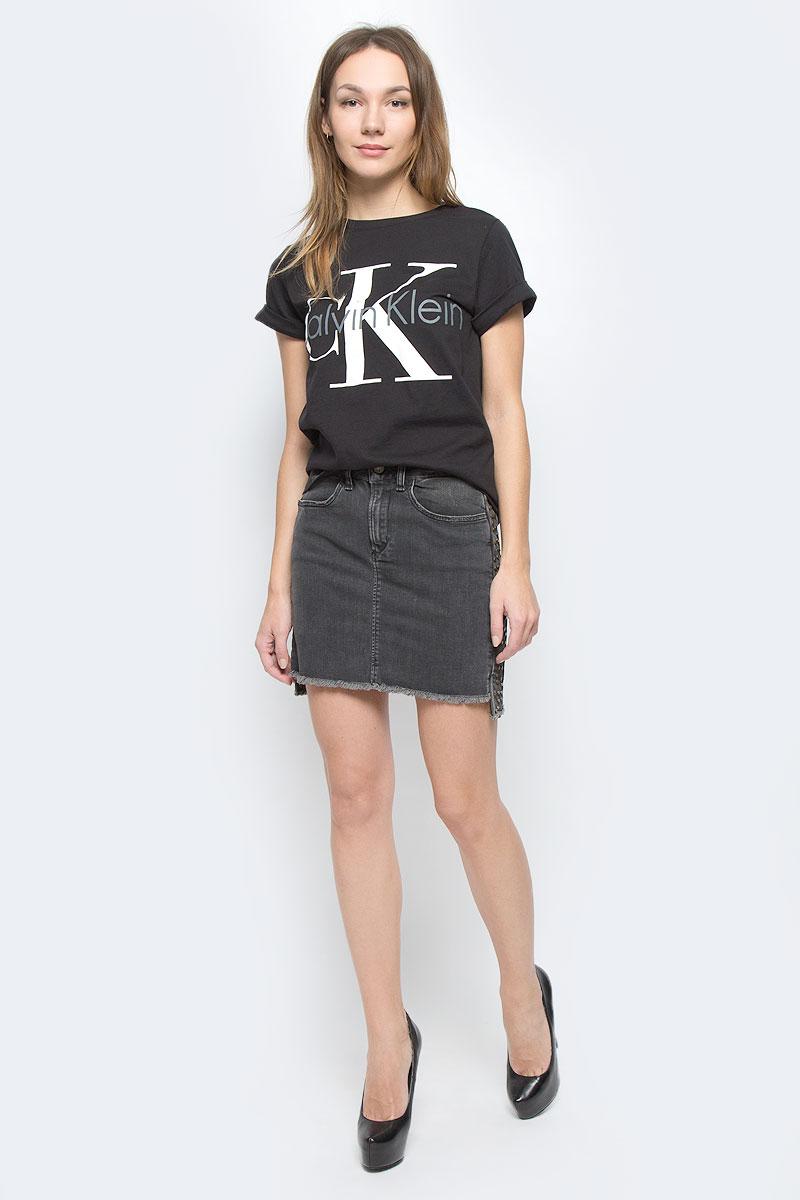ФутболкаQS5557E_001Женская футболка Calvin Klein Underwear выполнена из натурального хлопка. Модель с круглым вырезом горловины и короткими рукавами. Низ рукавов дополнен небольшими отворотами. Футболка оформлена термоаппликацией в виде названия бренда.