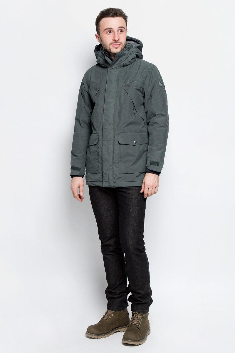 Куртка500976_053Модная мужская куртка Didriksons1913 Mike изготовлена из ветронепроницаемой дышащей ткани - высококачественного полиамида с утеплителем из 100% полиэстера (240 г/м2). Технология Storm System обеспечивает 100% водонепроницаемость и защиту от любых погодных условий. Швы проклеены. Подкладка выполнена из полиамида, на спинке и капюшоне из искусственного меха. Модель с воротником-стойкой и съемным капюшоном застегивается на молнию и дополнительно на двойной ветрозащитный клапан с кнопками. Капюшон регулируется при помощи резинки со стоперром и пристегивается при помощи кнопок. Спереди изделие дополнено двумя накладными карманами, закрывающимися на клапаны с кнопками, на груди - двумя врезными карманами на застежках-молниях, скрытыми планкой, с внутренней стороны - одним накладным карманом и одним врезным карманом на молнии с отверстием для МР-3. Манжеты рукавов дополнены трикотажными напульсниками с отверстиями для больших пальцев. Ширина рукавов регулируются с помощью хлястиков с...