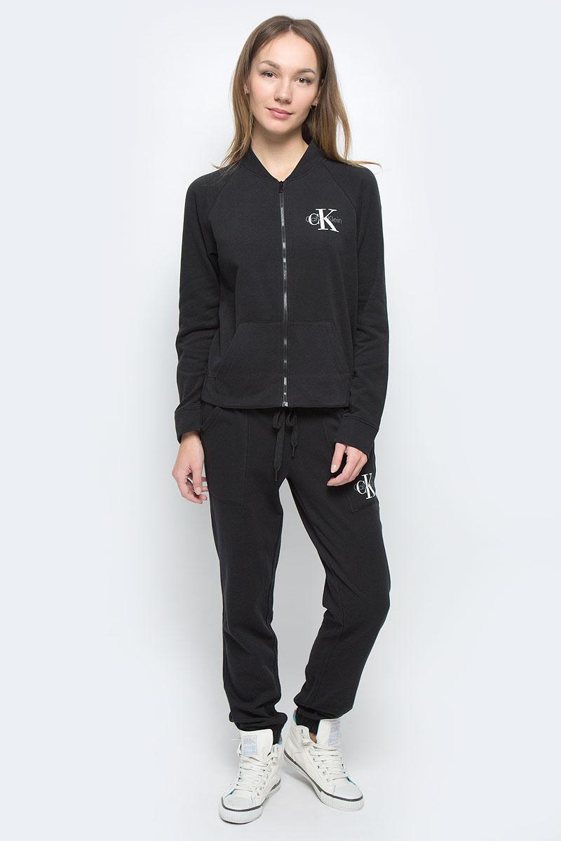 QS5536E_001Женская кофта Calvin Klein Underwear выполнена из хлопка с добавлением полиэстера. Модель с воротником-стойкой и длинными рукавами-реглан застегивается на застежку-молнию. Низ рукавов и низ изделия дополнены эластичными манжетами. Спереди расположено два накладных кармана. Кофта спереди и сзади оформлена термоаппликациями в виде названия бренда.