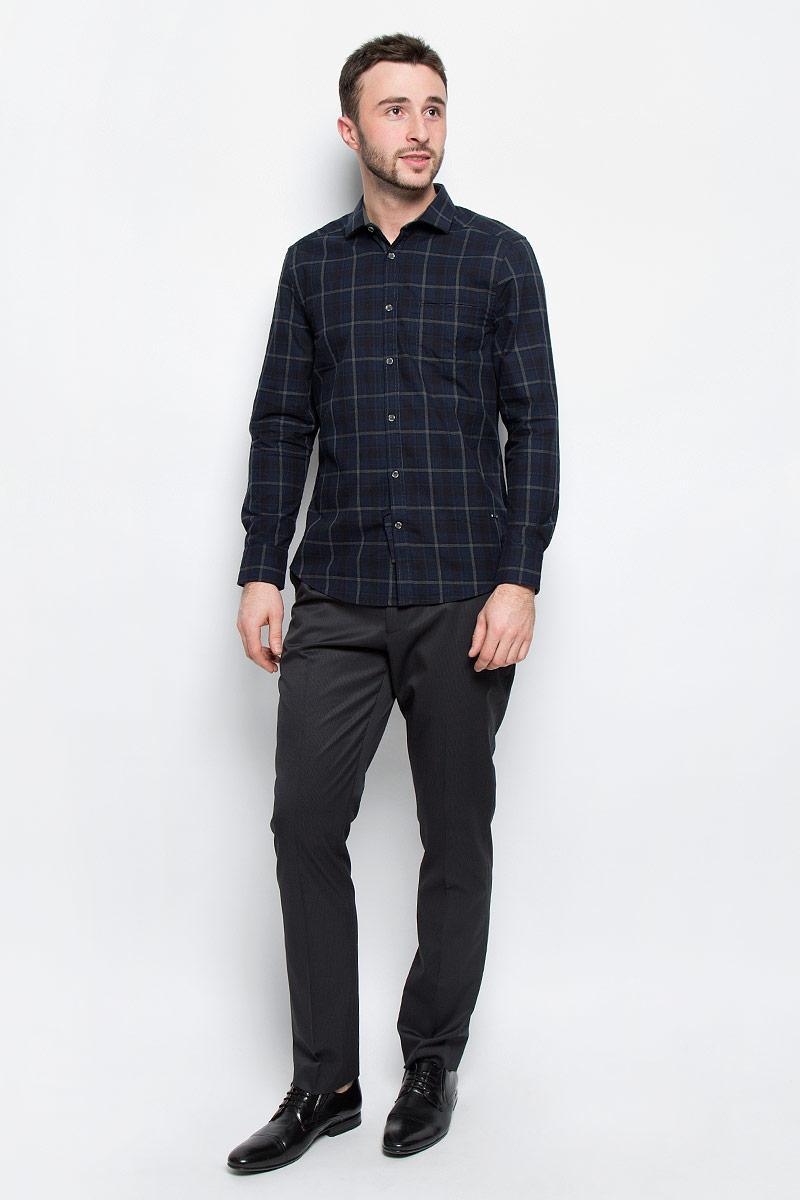 РубашкаMX3026643_MN_SHG_010Мужская рубашка Mexx выполнена из натурального хлопка. Модель с отложным воротником и длинными рукавами застегивается на пуговицы по всей длине. Низ рукавов дополнен манжетами на пуговицах. Спереди расположен прорезной карман. Модель оформлена принтом в клетку.