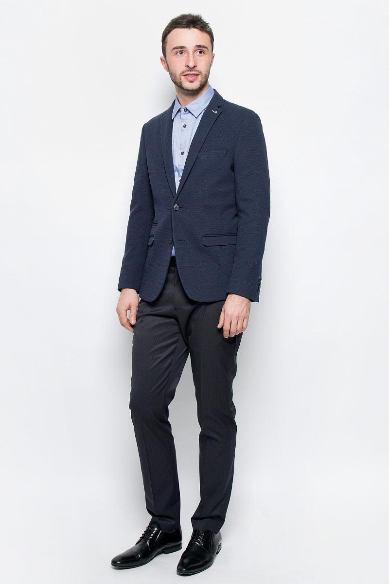 Пиджак16051948_Dark NavyКлассический мужской пиджак Selected Homme изготовлен из хлопка и полиэстера. Подкладка выполнена из полиэстера. Пиджак с воротником с лацканами и длинными рукавами застегивается на две пуговицы. Низ рукавов оформлен декоративными пуговицами. Пиджак имеет два втачных кармана с клапанами, маленький прорезной карман и нагрудный прорезной кармашек, а с внутренней стороны два прорезных кармана один из которых на пуговице. В среднем шве спинки расположена небольшая шлица.