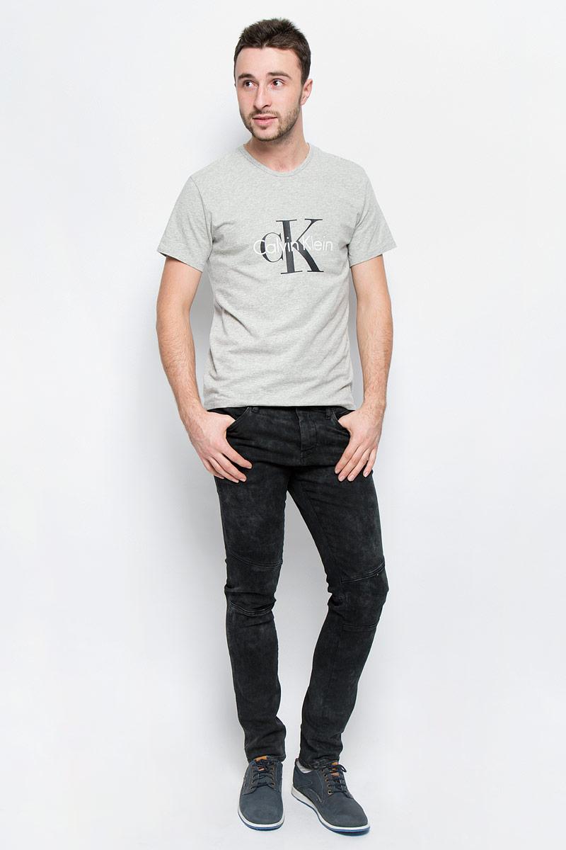 Джинсы1L414003M/44429N/2900NМодные мужские джинсы Calvin Klein Jeans выполнены из хлопка с добавлением эластана. Джинсы-слим застегиваются на пуговицу по поясу и имеют ширинку на застежке-молнии, также имеются шлевки для ремня. Спереди модель дополнена четырьмя втачными карманами, а сзади - двумя накладными карманами и прорезным кармашком на застежке-молнии. Изделие оформлено легкими потертостями.