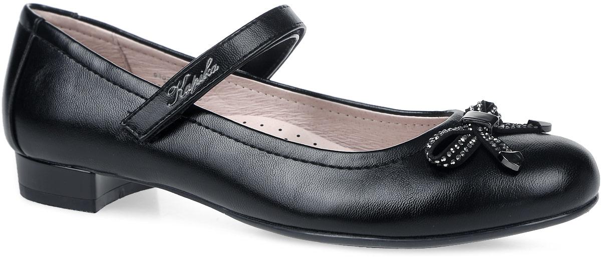 94030-1Туфли для девочки от Kapika выполнены из искусственной кожи. Носок декорирован бантом со стразами и металлическими элементами. Модель на застежке-липучке. Подкладка выполнена из натуральной кожи, кожаная стелька дополнена супинатором с перфорацией. Подошва из полимерного термопластичного материала оснащена рифлением.
