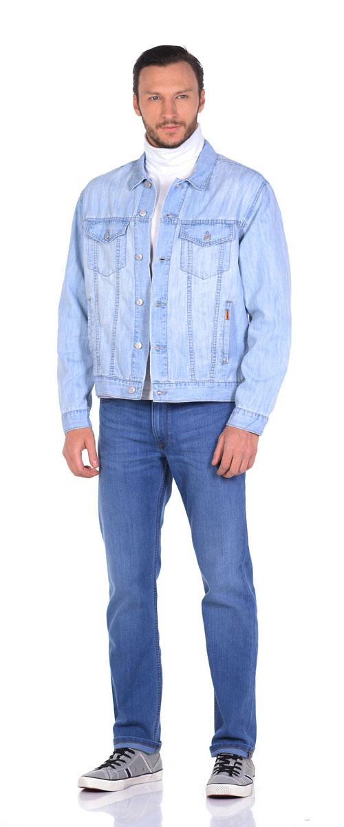 Куртка12049_SBСтильная джинсовая куртка Montana выполнена из натурального хлопка с добавлением полиэстера. Модель классического прямого кроя с длинными рукавами и отложным воротником, застегивается спереди на пуговицы. Манжеты рукавов также оформлены на пуговицах. На лицевой части изделия имеются два прорезных кармана и два нагрудных кармана с клапанами на пуговицах, а внутренняя сторона джинсовой куртки оформлена двумя накладными карманами с хлястиками на застежках пуговицах.