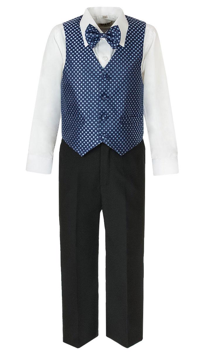 КостюмHWI170061-29Костюм для мальчика M&D изготовлен из полиэстера с добавлением модала и хлопка. Костюм включает в себя рубашку, брюки, жилет и галстук-бабочку. Рубашка с отложным воротником и длинными рукавами застегивается на пуговицы. Манжеты рукавов оснащены застежками-пуговицами. На груди расположен накладной карман. Брюки классического кроя и стандартной посадки застегиваются на пуговицу в поясе и ширинку на застежке-молнии. На поясе имеются шлевки для ремня. Пояс по бокам присборен на резинки. Брюки дополнены втачными карманами. Жилет с V-образным вырезом горловины застегивается на пуговицы. Спереди расположены два прорезных кармана. Галстук-бабочка оснащен эластичной резинкой. Жилет и галстук-бабочка оформлены оригинальным принтом.