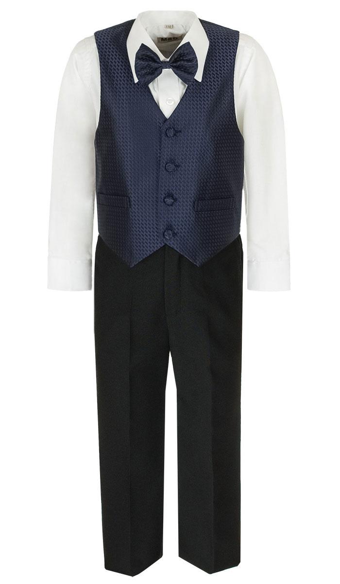 HWI170041-29Костюм для мальчика M&D изготовлен из полиэстера с добавлением модала и хлопка. Костюм включает в себя рубашку, брюки, жилет и галстук-бабочку. Рубашка с отложным воротником и длинными рукавами застегивается на пуговицы. Манжеты рукавов оснащены застежками-пуговицами. На груди расположен накладной карман. Брюки классического кроя и стандартной посадки застегиваются на пуговицу в поясе и ширинку на застежке-молнии. На поясе имеются шлевки для ремня. Пояс по бокам присборен на резинки. Брюки дополнены втачными карманами. Жилет с V-образным вырезом горловины застегивается на пуговицы. Спереди расположены два прорезных кармана. Галстук-бабочка оснащен эластичной резинкой. Жилет и галстук-бабочка оформлены оригинальным принтом.