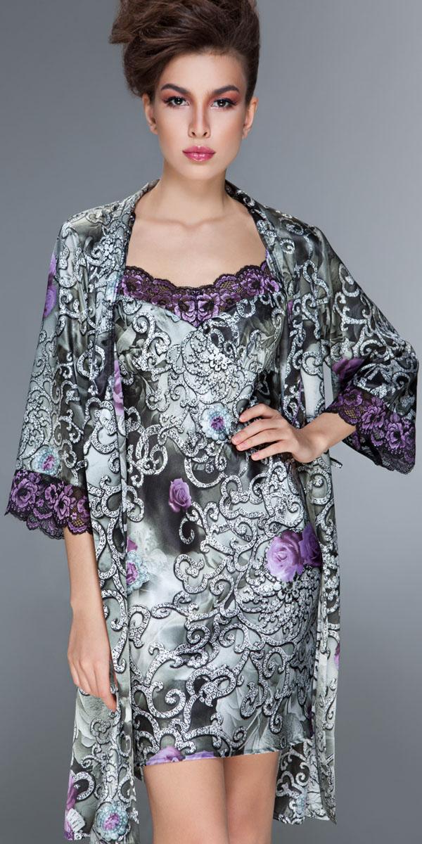 ХалатBB168Женственный и винтажный халат Modena от итальянской марки Barbara Bettoni - воплощение роскоши. Оригинальный принт с эффектом фотопечати изображает драгоценные вензеля чеканного серебра, блеск которых подчеркнут мерцанием атласа. Романтичные розы глубокого сиреневого цвета напоминают расцвеченные орнаменты на старинных черно-белых фотографиях. Нарядное двухцветное кружево с цветочным рисунком гармонично сочетается с гаммой и рисунком основного материала. Элегантный крой классических моделей.