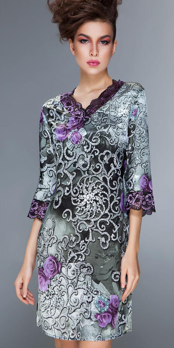 Ночная рубашкаBB163Женственная и винтажная ночная сорочка с рукавами Modena от итальянской марки Barbara Bettoni - воплощение роскоши. Оригинальный принт с эффектом фотопечати изображает драгоценные вензеля чеканного серебра, блеск которых подчеркнут мерцанием атласа. Романтичные розы глубокого сиреневого цвета напоминают расцвеченные орнаменты на старинных черно-белых фотографиях. Нарядное двухцветное кружево с цветочным рисунком гармонично сочетается с гаммой и рисунком основного материала. Элегантный крой классических моделей.