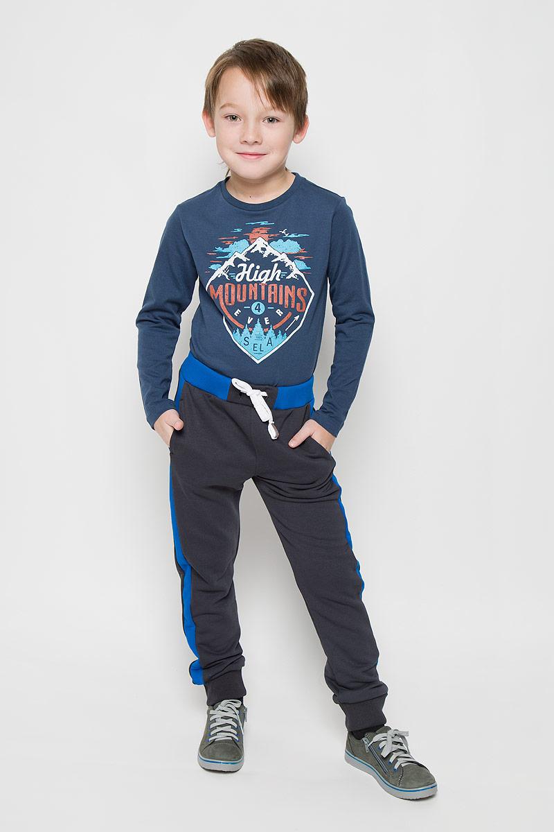 Брюки15В00020700/BASEСпортивные брюки для мальчика выполнены из хлопка с добавлением полиэстера. Модель на талии имеет широкую резинку, дополненную шнурком. Спереди брюки дополнены двумя врезными карманами. Низ брючин дополнен широкими манжетами.