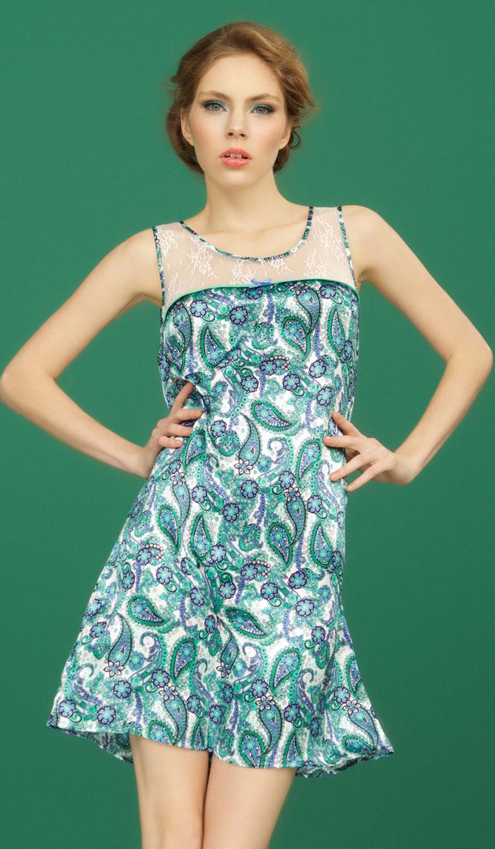 Ночная рубашкаBB152Ночная сорочка Vienna от итальянской марки Barbara Bettoni выполнена из атласного материала в свежих и гармоничных оттенках зеленого и васильково-синего цвета, которые придают традиционному восточному узору турецких огурцов ноту европейского стиля и новизны. Сияние атласа наполняет краски принта еще большей яркостью. Изящная отделка из легкого шифона нежного мятного оттенка подчеркивает легкость и воздушность коллекции. Вставки из полупрозрачного кружевного полотна с цветочными мотивами придают выразительность и интригующую привлекательность.