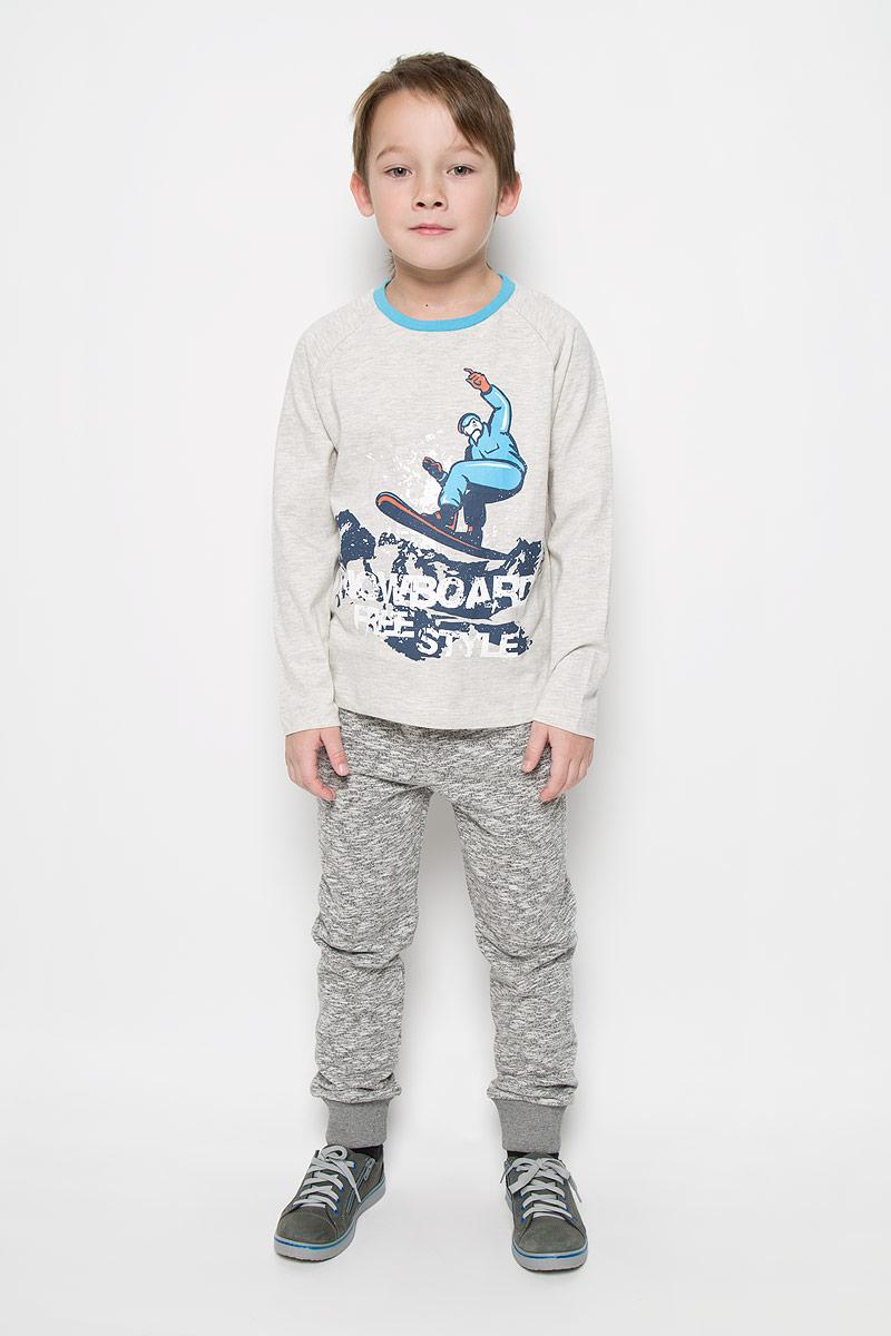 T-811/1041-6415Лонгслив для мальчика Sela с круглым вырезом горловины и длинными рукавами-реглан изготовлен из хлопка с добавлением полиэстера. Лонгслив оформлен крупным принтом спереди с изображением сноубордиста и надписью Snowboard Freestyle. Вырез горловины отделан контрастной бейкой.