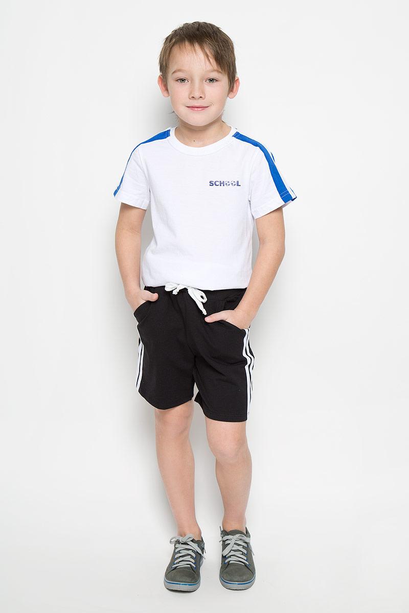6456Шорты для мальчика Pastilla Спринтер выполнены из хлопка с добавлением полиэстера. Модель на талии имеет широкую резинку, дополненную шнурком. Шорты спереди дополнены двумя врезными карманами и оформлены контрастными лампасами.