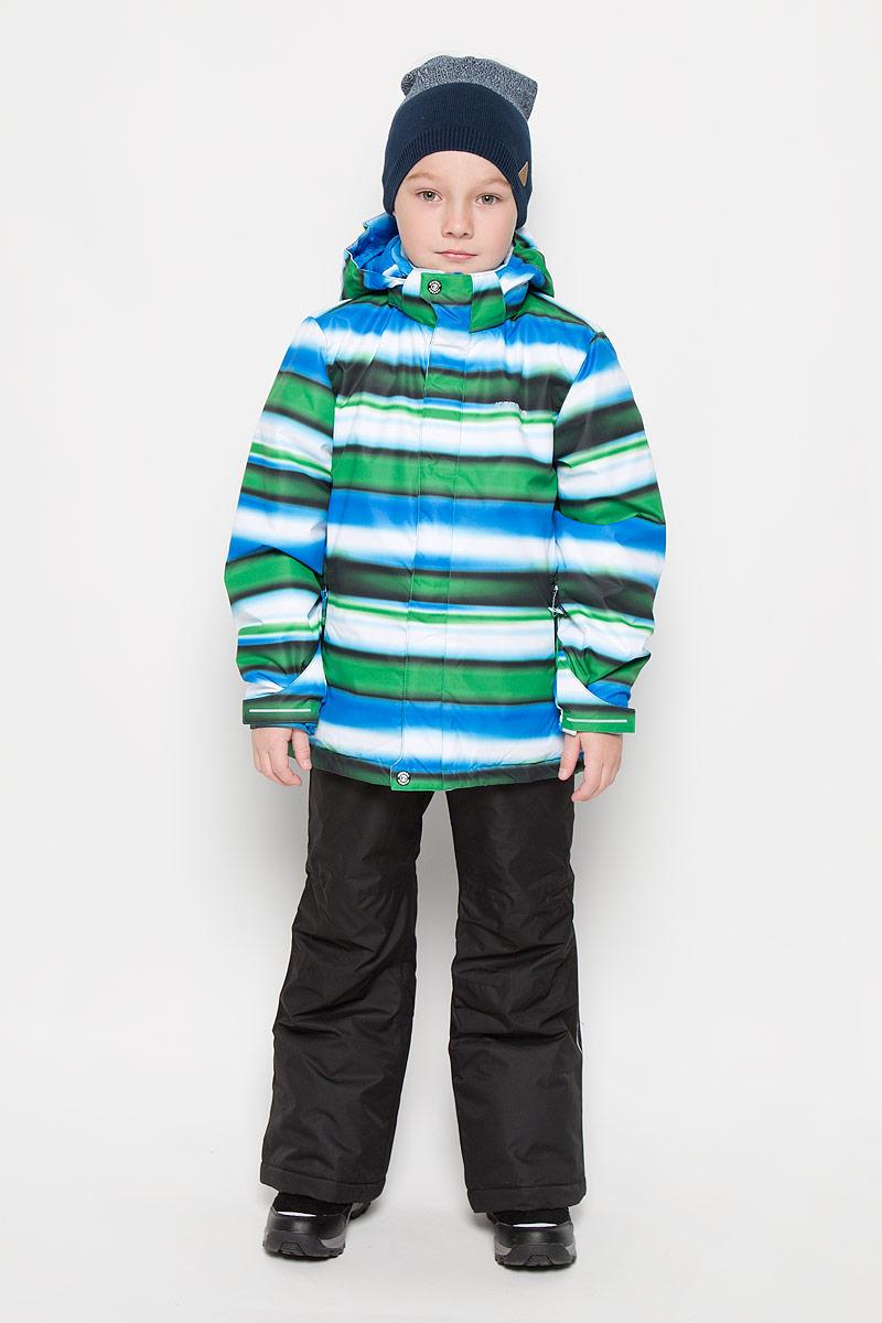 652131510IVЯркий комплект для мальчика, состоящий из куртки и брюк, идеально подойдет вашему ребенку в прохладную погоду. Комплект, изготовленный из водоотталкивающей и ветрозащитной ткани, утеплен синтепоном. В качестве подкладки используется полиэстер. Куртка с капюшоном и воротником стойкой застегивается на молнию. Капюшон пристегивается при помощи кнопок. Края рукавов дополнены резинками и хлястиками с липучками. Модель дополнена двумя прорезными карманами на молниях. Брюки прямого кроя на талии застегиваются на кнопку и ширинку на молнии. По бокам они дополнены двумя прорезными кармашками на змейках. Снизу брючин предусмотрены внутренние муфты с прорезиненными полосками. Модель оснащена эластичными наплечными лямками, регулируемыми по длине. Лямки пристегиваются при помощи липучек.