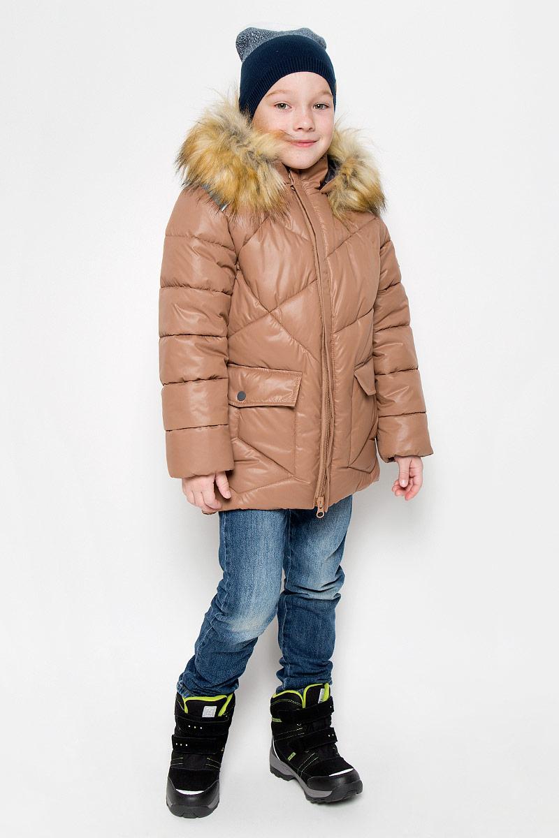Куртка64366_BOB_вар.1Модная куртка Boom! согреет вашего мальчика в холодное время года. Куртка изготовлена из 100% полиэстера, мягкая подкладка - из флиса. В качестве утеплителя используется инновационный утеплитель Flexy Fiber, который надежно сохраняет тепло, обеспечивает циркуляцию воздуха и не задерживает влагу. Куртка с воротником-стойкой и съемным капюшоном застегивается на застежку-молнию с защитой подбородка. Капюшон, оформленный съемным искусственным мехом, крепится к куртке с помощью застежки-молнии. Изделие дополнено спереди двумя прорезными карманами, оформленными декоративными клапанами на кнопках. Манжеты рукавов дополнены трикотажными напульсниками, которые защитят от проникновения ветра и снега. Светоотражающие элементы увеличивают безопасность вашего ребенка с темное время суток. Нижняя часть модели с внутренней стороны оснащена эластичным шнурком со стопперами.