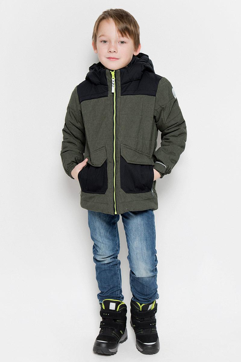 Куртка650009805IVFКуртка, изготовленная из водоотталкивающей и ветрозащитной ткани, которая создает оптимальный микроклимат внутри куртки, утеплена синтепоном. В качестве подкладки используется полиэстер. Куртка с воротником-стойкой и капюшоном застегивается на молнию. Капюшон пристегивается при помощи кнопок. Манжеты рукавов дополнены хлястиками на липучках. Куртка дополнена двумя накладными карманами на застежках-молниях и имитацией двух карманов с клапанами на кнопках. Низ куртки дополнен кулиской со стопперами. Изделие дополнено светоотражающим элементом для безопасности ребенка в темное время суток.