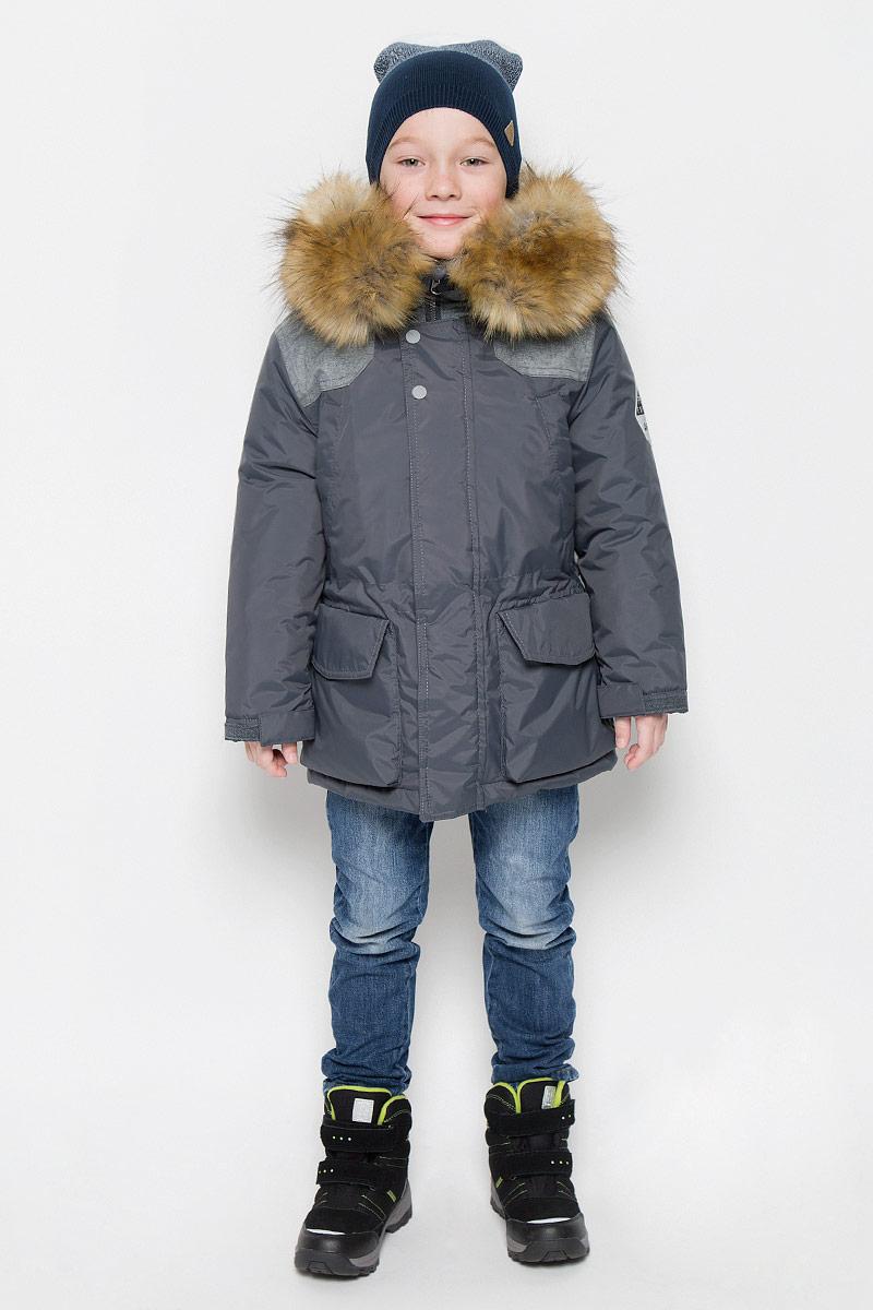 Куртка64364_BOB_вар.1Куртка для мальчика Boom!, изготовленная из полиэстера, станет стильным дополнением к детскому гардеробу. Материал приятный на ощупь, позволяет коже дышать, легко стирается, быстро сушится. Подкладка выполнена из полиэстера с добавлением вискозы. В качестве утеплителя используется синтепон. Модель с капюшоном и длинными рукавами застегивается на пластиковую застежку-молнию с защитой подбородка и дополнительно имеет внешнюю ветрозащитную планку на липучках и кнопках. Капюшон не отстегивается, регулируется с помощью шнурка и декорирован искусственным мехом на кнопках. Спереди расположены два накладных кармана на липучке и два кармана на груди. Талия регулируется при помощи эластичной резинки со стопперами. Модель дополнена дополнительным слоем, который пристегивается при помощи пуговиц. Рукава дополнены трикотажными манжетами и регулируются хлястиками на липучках. Спинка декорирована принтом с надписями. Левый рукав оформлен нашивкой. Красивый...