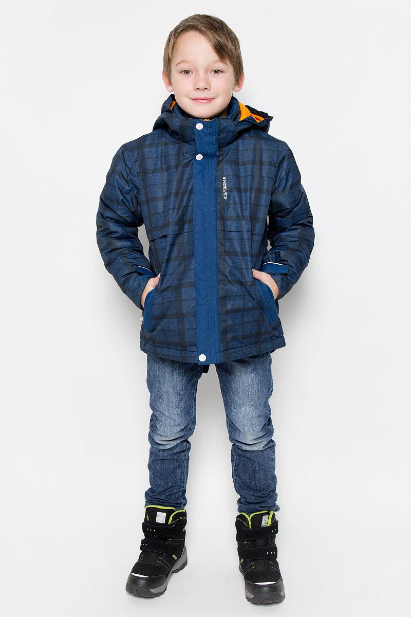 Куртка650013649IVКуртка, изготовленная из водоотталкивающей и ветрозащитной ткани, которая создает оптимальный микроклимат внутри куртки, утеплена синтепоном. В качестве подкладки используется полиамид. Куртка с воротником-стойкой и капюшоном застегивается на молнию с ветрозащитным клапаном на кнопках и липучках. Капюшон пристегивается при помощи кнопок. Рукава дополнены внутренними трикотажными манжетами. Также манжеты дополнены хлястиками на липучках. Куртка дополнена двумя врезными карманами на застежках-молниях и потайным карманом на молнии. Низ куртки дополнен кулиской со стопперами. Изделие дополнено светоотражающим элементом для безопасности ребенка в темное время суток.