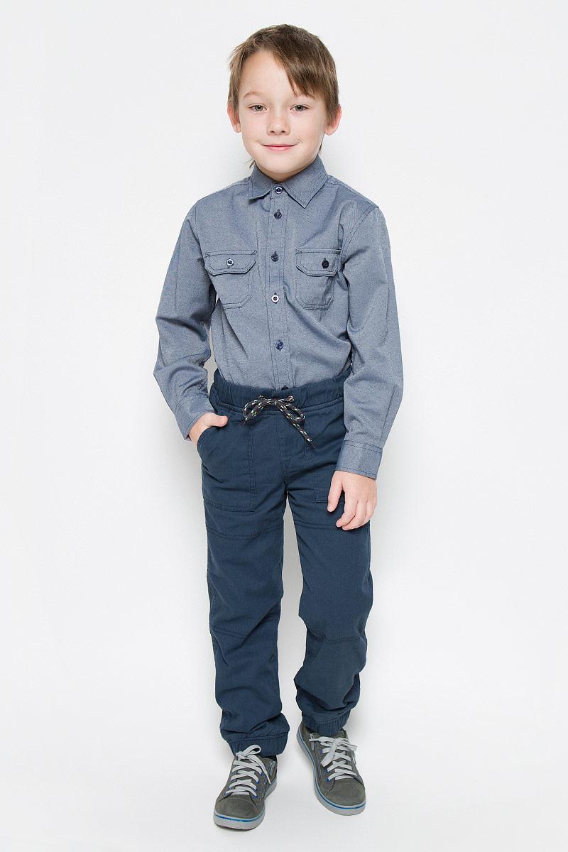 БрюкиP-815/299-6415Прямые брюки имеют широкую эластичную резинку на поясе. Обхват талии регулируется шнурком-кулиской. Модель дополнена двумя накладными карманами спереди, а также двумя втачными карманами сзади. Брючины дополнены эластичными манжетами по низу.