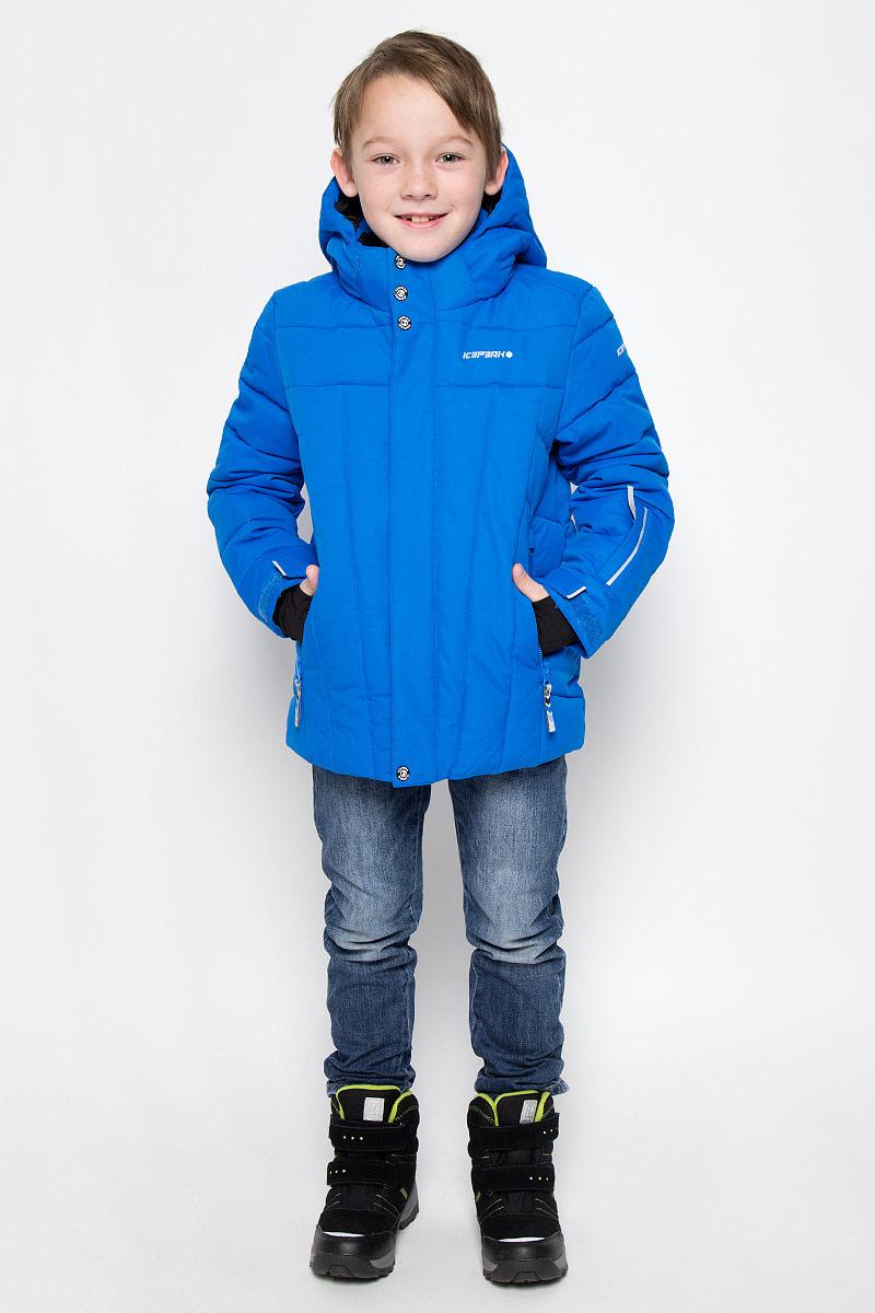 Куртка650023553IVКуртка, изготовленная из водоотталкивающей и ветрозащитной ткани, которая создает оптимальный микроклимат внутри куртки, утеплена синтепоном. В качестве подкладки используется полиэстер. Помимо этого здесь использовался утеплитель Super soft touch, состоящий из множества слоев тончайших волокон, которые обеспечивают отличную термоизоляцию, но не утяжеляют изделие. Куртка с воротником-стойкой и капюшоном застегивается на молнию с ветрозащитным клапаном на кнопках и липучках. Капюшон пристегивается при помощи кнопок. Рукава дополнены внутренними эластичными манжетами с прорезью для большого пальца. Также манжеты дополнены хлястиками на липучках. С внутренней стороны у модели предусмотрена снегозащитная юбка. Куртка дополнена двумя врезными карманами на застежках-молниях и потайными карманами на молнии и для шапки. На левом рукаве предусмотрен карман для ski pass. Низ куртки дополнен кулиской со стопперами. Изделие дополнено светоотражающим элементом для безопасности ребенка в...