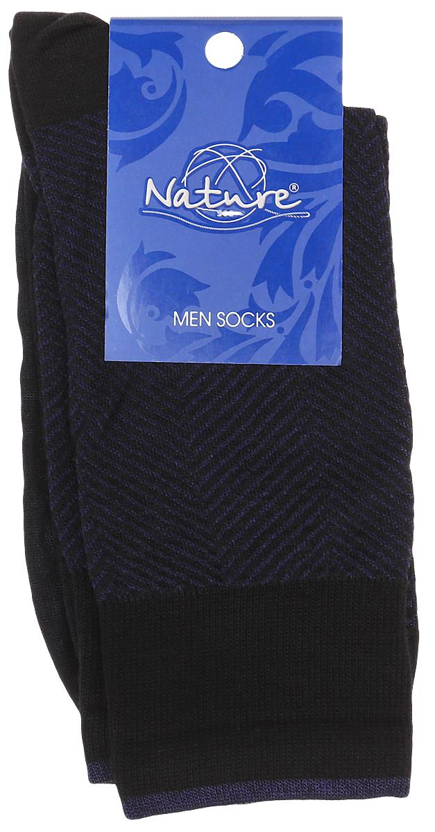 Носки301Мужские носки Nature изготовлены из высококачественного эластичного хлопка с добавлением полиамида и эластана. Носки с классическим паголенком дополнены эластичной резинкой, которая надежно фиксирует носки на ноге. Оформлена модель контрастными полосками и надписью с названием бренда.