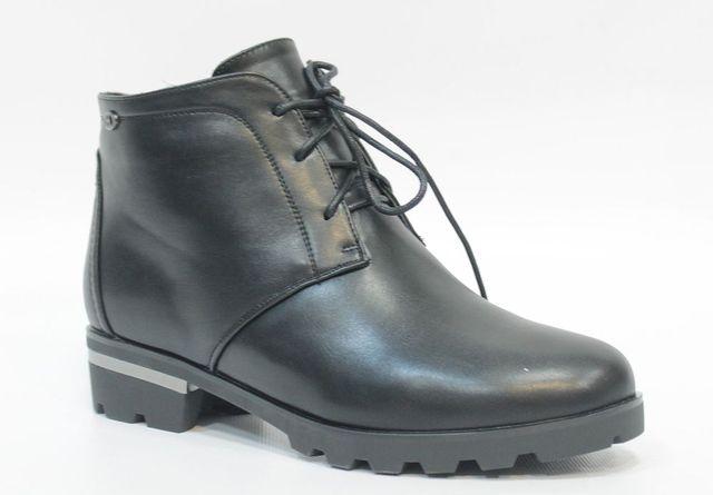 16106Z-1-1MЖенские ботинки от Daze выполнены из искусственной кожи. Модель на классической шнуровке, боковая сторона дополнена застежкой-молнией. Подкладка и стелька изготовлены из искусственного меха. Каблук декорирован металлической вставкой. Резиновая подошва оснащена протектором.