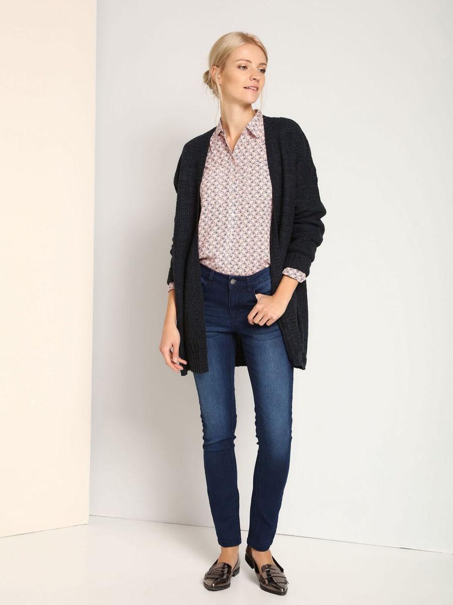 SSP2360GRЖенские джинсы Top Secret выполнены из хлопка с добавлением эластана. Джинсы-слим по поясу застегиваются на пуговицу и имеют ширинку на застежке-молнии. Пояс дополнен шлевками для ремня. Спереди модель дополнена двумя втачными карманами и маленьким накладным, а сзади - двумя накладными карманами. Джинсы оформлены потертостями и перманентными складками.