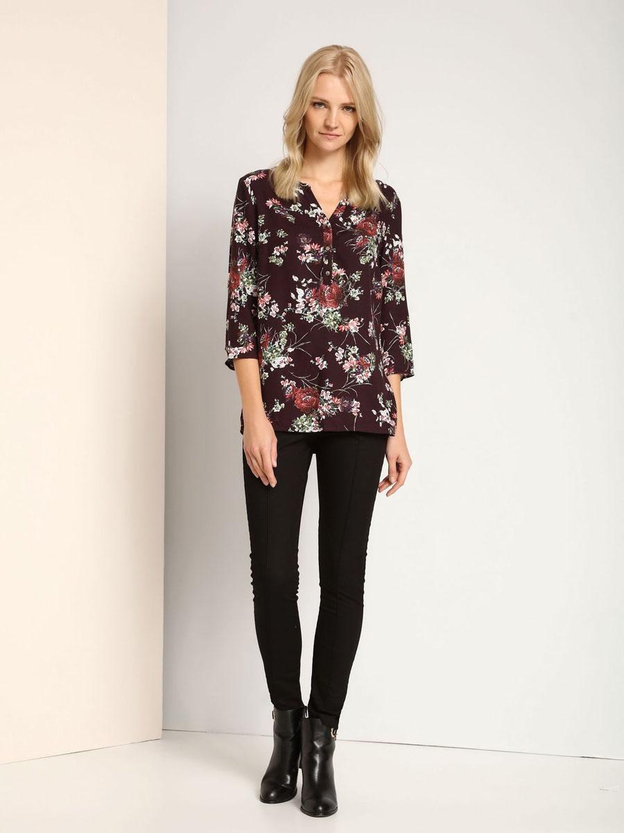 РубашкаSKL2202FIЖенская блузка выполнена из вискозы и оформлена ярким цветочным принтом. Модель с V-образным вырезом и стандартными рукавами три четверти. Перед дополнен планкой с пуговицами.
