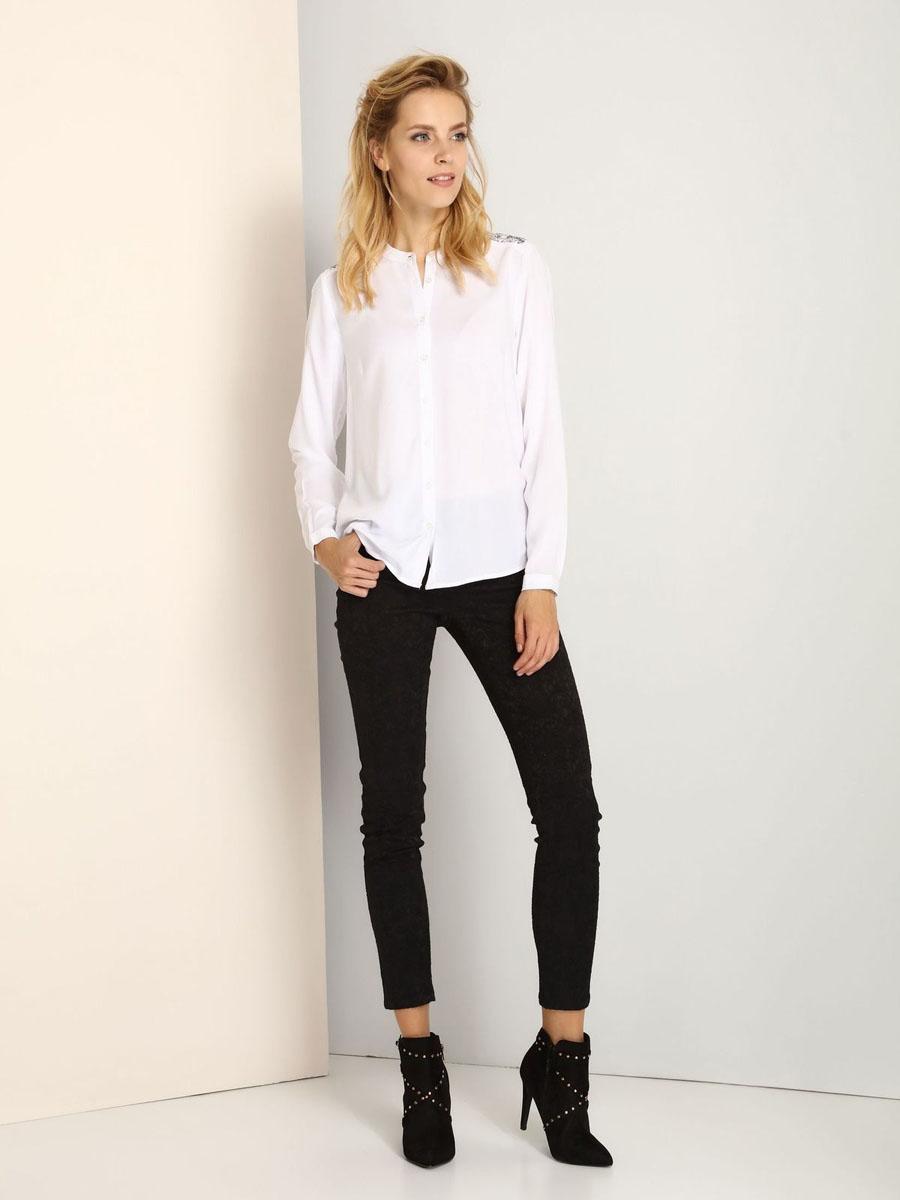 SKL2171BIЖенская рубашка Top Secret выполнена из 100% вискозы. Модель с круглым вырезом горловины и длинными рукавами застегивается на пуговицы по всей длине. Низ рукавов дополнен манжетами на пуговицах. Блузка по плечевым швам оформлена оригинальной вышивкой и стразами.