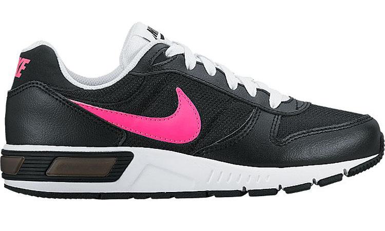 705478-004Обувь для активного отдыха Nike Nightgazer из комбинации кожи и текстиля. Мягкая подошва из кушлона обеспечит амортизацию и комфорт при ходьбе или занятиях спортом. Логотип бренда на язычке и сбоку.