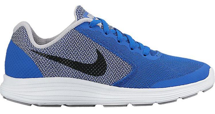 819413-402Детские кроссовки Revolution 3 от Nike выполнены из воздухопроницаемого сетчатого материала и дополнены бесшовными накладками. Подкладка и стелька из текстиля комфортны при движении. Шнуровка надежно зафиксирует модель на ноге. Промежуточная подошва обеспечивает дополнительную амортизацию. Рельефная резиновая подошва со специальными Flex-канавками для максимальной гибкости.