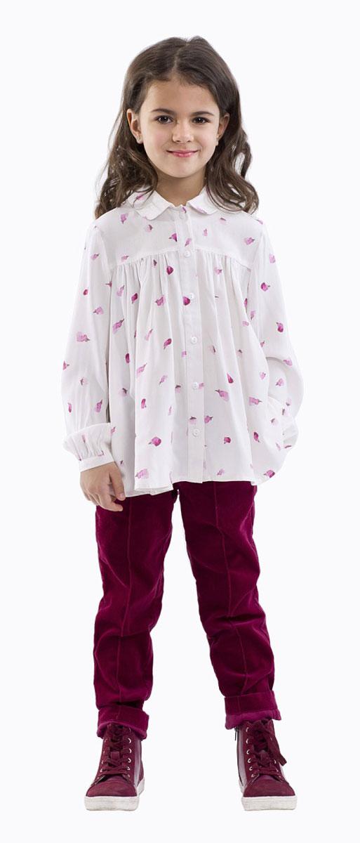Блузка21601GMC2201Элегантная блузка для девочки Gulliver изготовлена из качественной вискозы. Блузка с отложным воротником и длинными рукавами застегивается на пуговицы по всей длине. На рукавах предусмотрены узкие манжеты с застежками-пуговицами. В области груди блузка дополнена складками. Оформлена модель контрастным принтом.