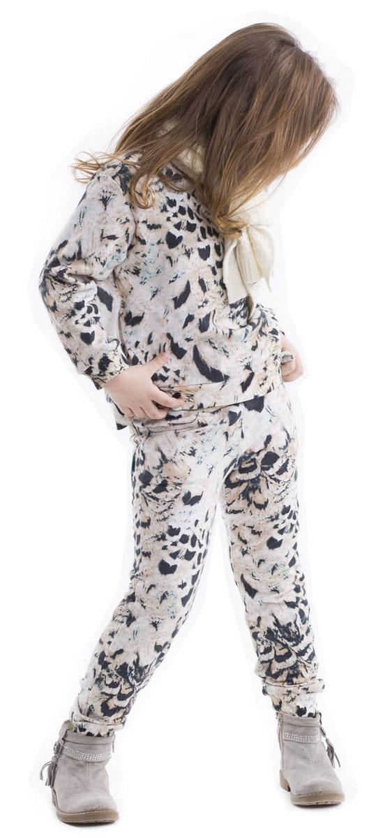 Брюки21602GMC5601Что может быть удобнее трикотажных брюк? Только детские трикотажные брюки с резинкой на поясе и манжетах! Модные брюки выполнены из футера с оригинальным принтом. Рисунок ткани придает модели динамику и индивидуальность.Купить стильные брюки для девочки из мягкого трикотажа, значит, сделать каждый день ребенка комфортным!