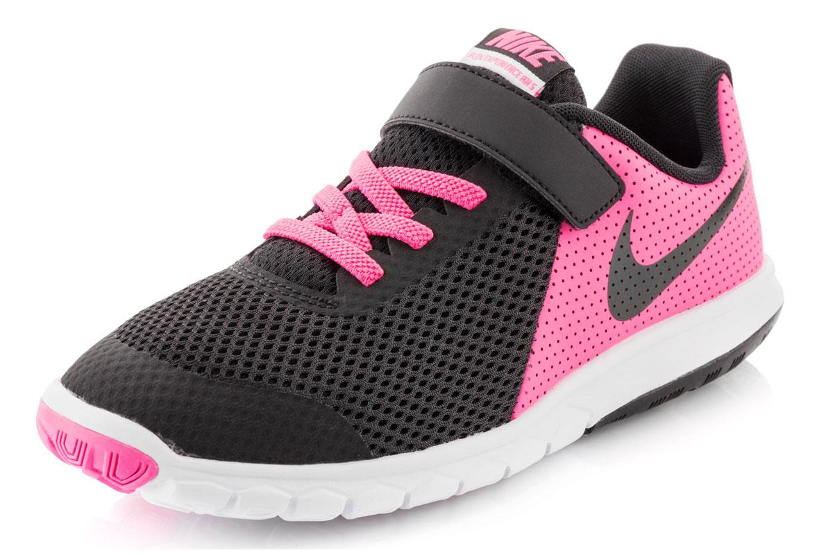 Кроссовки844992-400Стильные детские кроссовки Flex Experience 5 от Nike выполнены из дышащего сетчатого материала и натуральной кожи, оформленной перфорацией, и дополнены бесшовными накладками. Внутренняя поверхность и стелька из текстиля комфортны при движении. Эластичная шнуровка и ремешок с застежкой-липучкой надежно зафиксирует модель на ноге. Промежуточная подошва обеспечивает дополнительную амортизацию. Шестигранные эластичные желобки на подошве гарантируют максимально естественные движения.