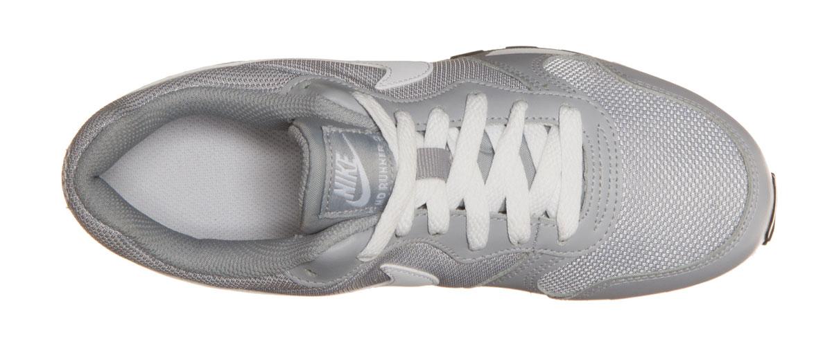 807316-001Кроссовки Nike MD Runner 2 с воздухопроницаемым верхом из сетки и накладками из натурального спилка, выполнены в стиле легендарной модели для бега 1990-х. Модель сохраняет все оригинальные детали, кроме промежуточной подошвы. Вместо пеноматериала EVA в ней используется инжектированный филон, обеспечивающий амортизацию без утяжеления. У модели удобная шнуровка, текстильная внутренняя отделка и мягкая стелька с текстильной накладкой, а также резиновая подошва с протектором.