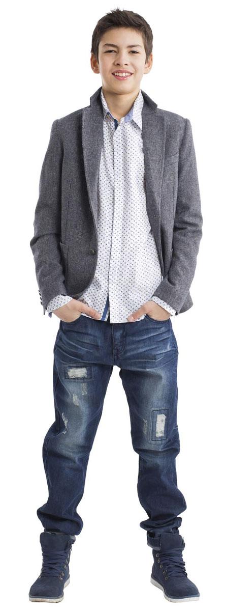 21611BTC2301Модная белая рубашка с мелким рисунком для мальчика-подростка сделает образ ребенка свежим и необычным! Чуть приталенный силуэт, отделка внутренней планки, стойки и манжет контрастной тканью, стильные налокотники делают рубашку очень привлекательной и яркой! Если вы хотите купить стильную оригинальную рубашку из 100% хлопка, эта модель- достойный выбор!