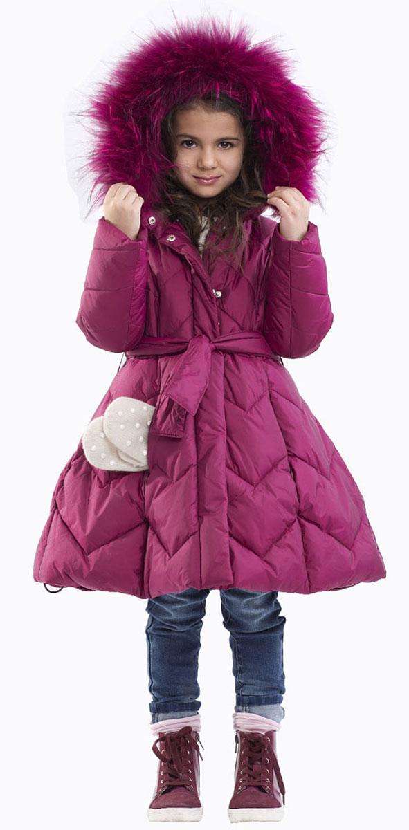 Пальто21601GMC4502Детское пальто - не только теплая практичная вещь, гарантирующая комфорт и защиту от продувания, но и яркий заметный элемент образа. Стеганое пальто на искусственном пуху имеет модную форму колокола с утяжкой на пояс по линии талии. Удобный капюшон, оформленный натуральным мехом енота и глубокие карманы на молнии создают уют и комфорт в носке. Изюминка модели в цветочной подкладке. Она вносит позитив и добавляет яркие краски, делая детское пальто интересным и выразительным.
