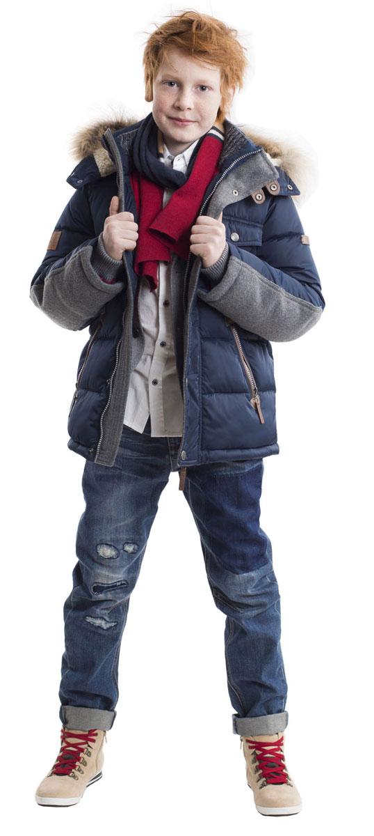 21607BKC4101Какими должны быть куртки для мальчиков? Модными или практичными, красивыми или функциональными? Отправляясь на осенний шоппинг, мамы мальчиков хотят ответить на эти непростые вопросы. Зимняя куртка из коллекции Паддингтон упрощает задачу, потому что сочетает в себе все лучшие характеристики детских курток для мальчиков. Модный силуэт, комфортная длина, множество интересных функциональных и декоративных деталей делают куртку яркой и привлекательной. Изюминка этой модели в сочетании синей плащевки и серого сукна. Игра фактур делает модель стильной и запоминающейся. Теплая зимняя куртка с капюшоном подарит своему обладателю прекрасный внешний вид, комфорт и удобство. Словом, если вам нужна красивая добротная вещь, эта модель - прекрасный выбор!