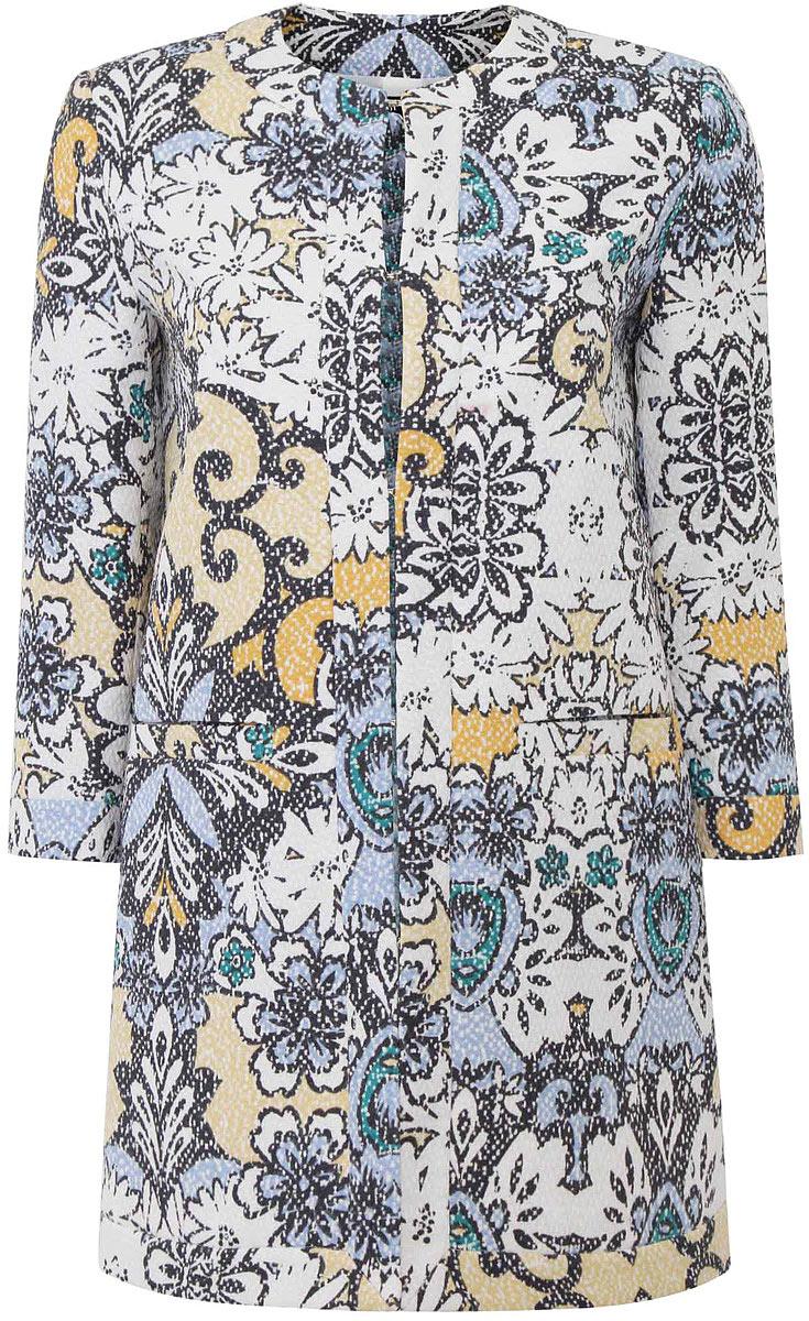 Пальто10103015/45367/1900EЛегкое женское пальто oodji Ultra изготовлено из полиэстера и оформлено цветочным принтом. Модель прямого кроя с круглым вырезом горловины и рукавами 3/4 застегивается на крючки. Спереди расположены два прорезных кармана.