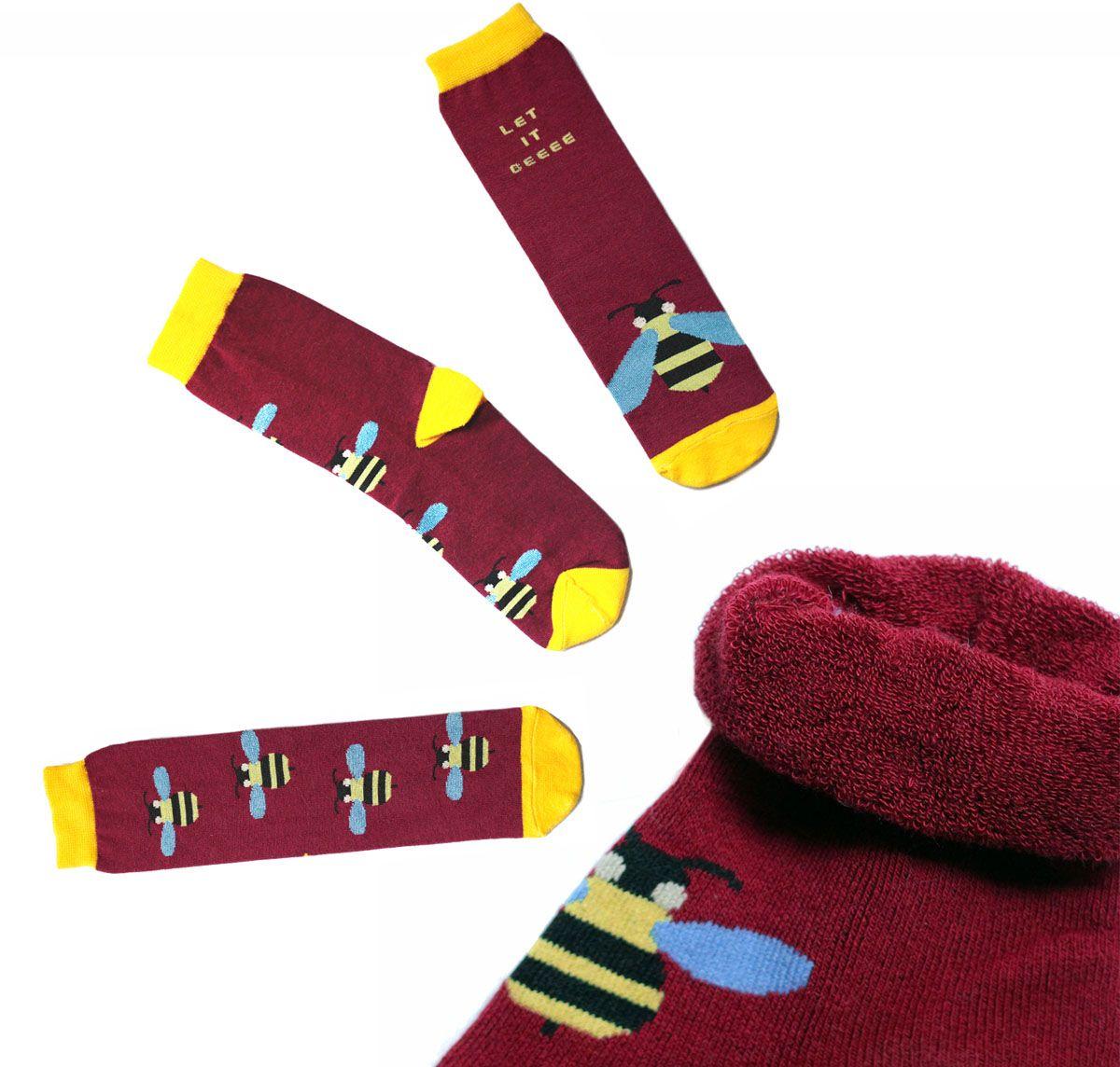 ca11023Женский махровые носки Big Bang Socks изготовлены из высококачественного хлопка с добавлением полиамидных и эластановых волокон, которые обеспечивают великолепную посадку. Удобная резинка идеально облегает ногу и не пережимает сосуды, а удлиненный паголенок придает более эстетичный вид. Мысок и пятка усилены. Модель оформлена принтом с изображением ос и надписью Let it beeee.