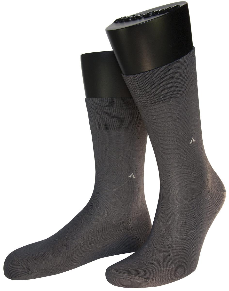 АМ-3300Мужские носки Askomi изготовлены из высококачественного мерсеризованного хлопка с добавлением полиамидных волокон, обладают повышенной прочностью и мягкостью, не садятся и не деформируются. Изделие оснащено двойным бортом для плотной фиксации, который не пережимает сосуды, а также кеттельным швом, не ощутимым для ноги. Мысок и пятка усилены. Оформлены буквой А на паголенке и крупным ромбом.