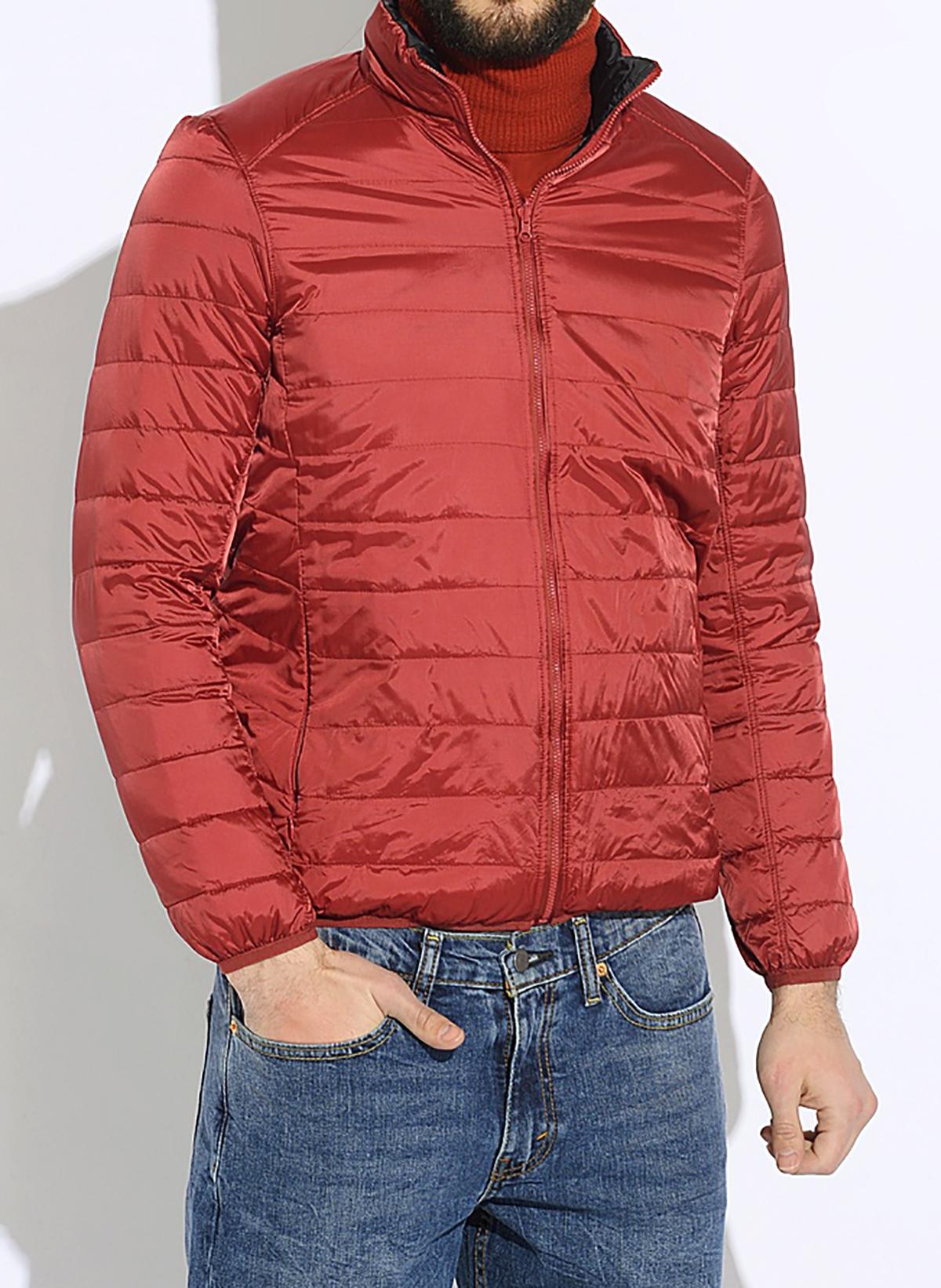 КурткаFM1Стильный мужской пуховик Burlesco согреет вас в холодное межсезонье. Модель выполнена из 100% полиамида. Утеплитель из пуха с добавлением пера не даст замерзнуть. Модель двухсторонняя с воротником-стойкой и застегивается на пластиковую застежку-молнию. Спереди пуховик дополнен двумя прорезными карманами с застежками-молниями, а если его вывернуть изнаночной стороной, тогда изделие дополнительно имеет два втачных кармана. Для большего удобства модель дополнена мешочком на шнурке со стоппером, чтобы сложить и убрать изделие.