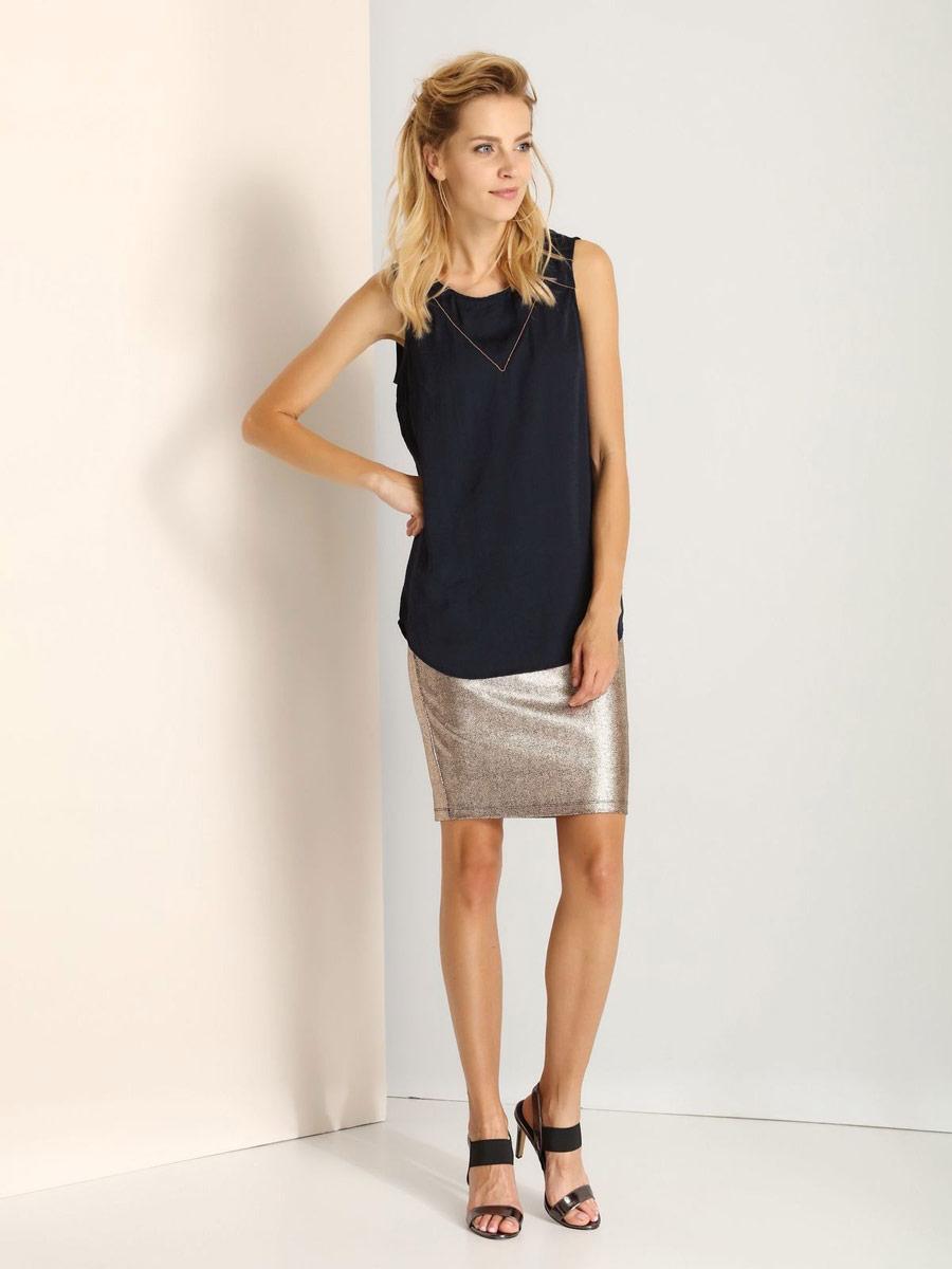 БлузкаSBW0291BIМодная женская блузка Top Secret изготовлена из высококачественного полиэстера. Модель свободного кроя с круглым вырезом горловины и без рукавов застегивается на пуговицу, расположенную на спинке. Спинка модели немного удлинена.