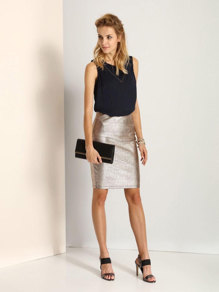 ЮбкаSSD1041ZLСтильная юбка Top Secret выполнена из вискозы с добавлением полиэстера и эластана. Юбка-карандаш средней длины имеет эластичный пояс на талии. Застегивается на застежку-молнию, расположенную сзади.