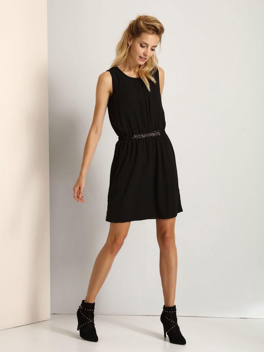 ПлатьеSSU1711CAМодное платье Top Secret станет отличным дополнением к вашему гардеробу. Модель выполнена из высококачественного полиэстера. Платье-миди с круглым вырезом горловины и без рукавов застегивается на пуговицу, расположенную на спинке. На талии модель дополнена вшитой резинкой. Спереди на талии платье украшено металлическими элементами.