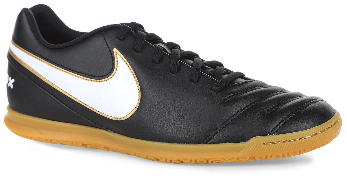 819234-010Мужские кроссовки для футзала Nike Tiempo Rio III IC из искусственной кожи. Модель имеет классическую систему шнуровки. Внутренняя отделка - из мягкого текстиля. Рельефная строчка в носовой части. Стелька из EVA обладает отличными амортизирующими свойствами. Материал Phylon в промежуточной подошве не деформируется и обладает отличными амортизирующими свойствами. Низкопрофильная подошва создает идеальное сцепление ноги игрока с поверхностью, что позволяет ему уверенно совершать все необходимые маневры и не оставляет следов на покрытие.