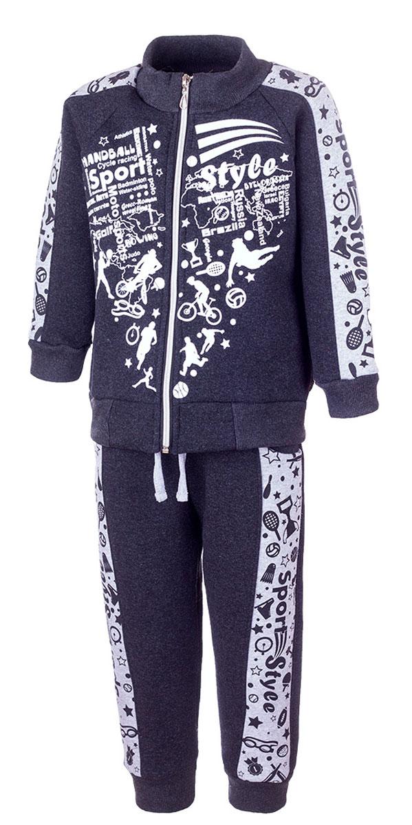 Спортивный костюмК602-51Модный детский спортивный костюм M&D, состоящий из толстовки и брюк, выполнен из хлопка с добавлением полиэстера. Толстовка с воротником-стойкой и длинными рукавами-реглан застегивается на застежку-молнию. Брюки имеют эластичный пояс на талии, дополненный шнурком. Спереди расположены два втачных кармана. Воротник, манжеты рукавов, низ толстовки, низ брюк и края карманов дополнены трикотажными резинками. Костюм оформлен принтом со спортивной тематикой. С внутренней стороны костюм имеет мягкий начес.