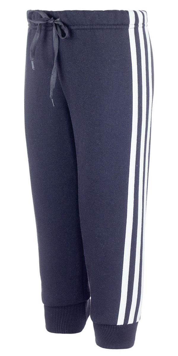 Б1914-21Утепленные спортивные брюки M&D выполнены из хлопка с добавлением полиэстера. Модель на талии имеет широкую эластичную резинку со шнурком. Нижняя часть штанин дополнена трикотажными манжетами. С внутренней стороны брюки имеет мягкий начес.
