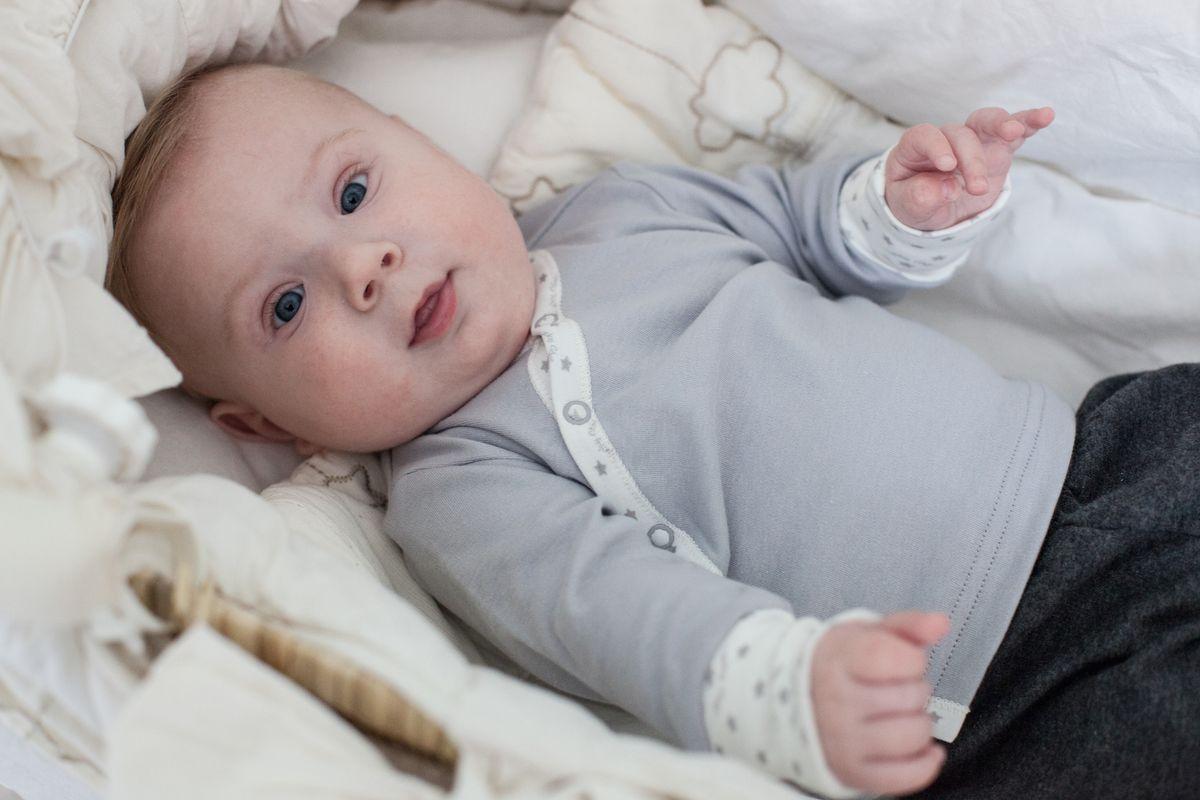 33-7Самая детская и трогательная деталь гардероба, распашонка. Она должна быть очень мягкой, не сковывать движений и сохранять комфортную температуру внутри. Удобная система кнопок, превратит процесс переодевания в вопрос нескольких минут, что очень понравится молодым мамам. Подберите в комплект шапочку и носочки от Lucky Child.