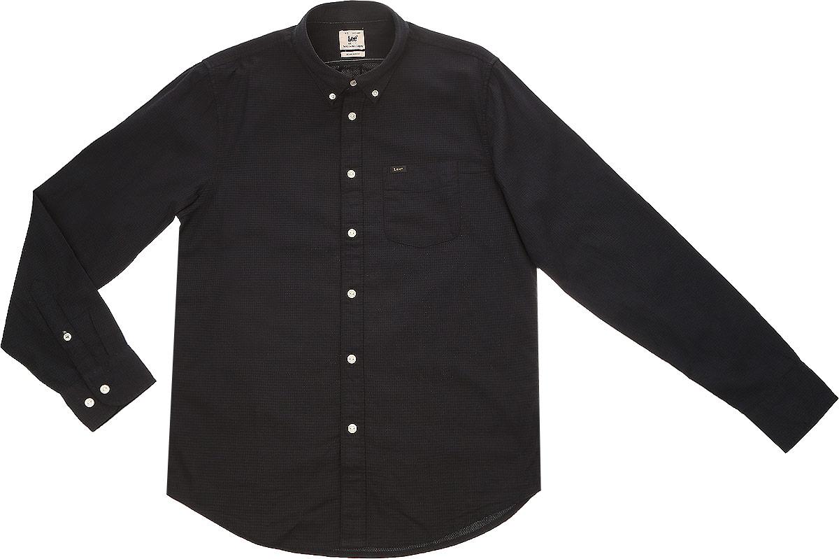 L880CL01Стильная мужская рубашка Lee выполнена из натурального хлопка. Модель с отложным воротником и длинными рукавами застегивается на пуговицы спереди о оснащена нагрудным карманом. Манжеты рукавов дополнены застежками-пуговицами.