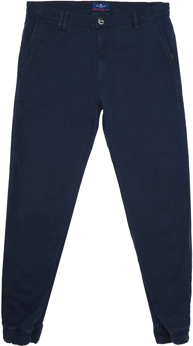 6404731.00.10_6811Стильные мужские брюки-джоггеры изготовлены из эластичного хлопка. Брюки средней посадки застегиваются на пуговицу в поясе и ширинку на молнии. На поясе имеются шлевки для ремня. Спереди модель дополнена двумя втачными со скошенными краями, сзади - двумя врезными карманами. Низ брючин дополнен широкими эластичными резинками.